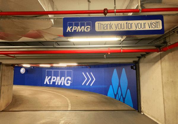 Lettrage et flocage rampe parking KPMG